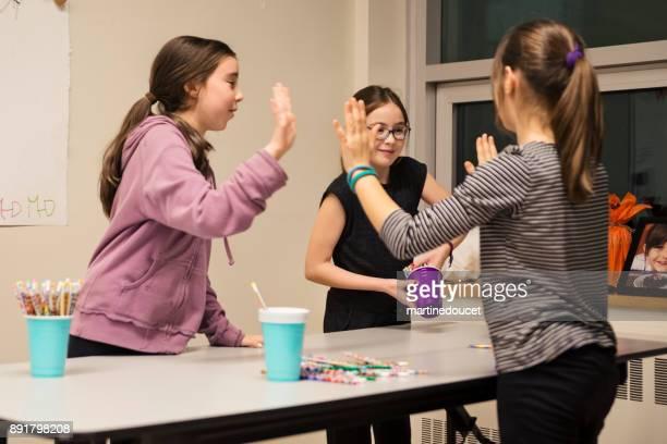 Niños jugando un juego divertido en una reunión familiar.