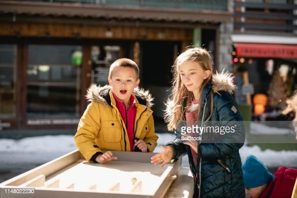 kinderen spelen een spelletje - 10 11 jaar stockfoto's en -beelden
