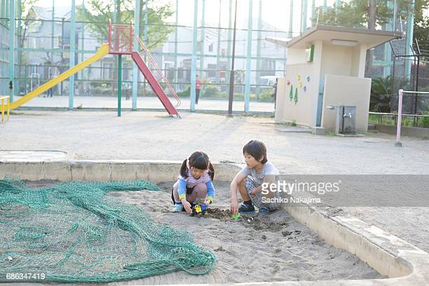 children playing at a sandpit - 2 kid in a sandbox stock photos and pictures