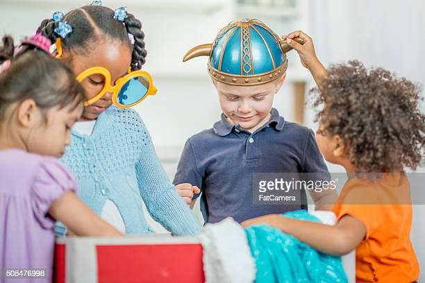 Enfants jouer Dress Up ensemble à l'école