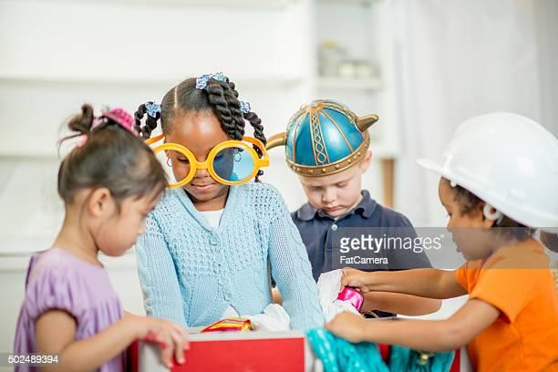 Enfants jouant ensemble habillé