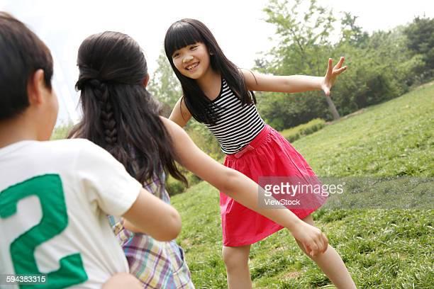 children playing games in field - seulement des enfants photos et images de collection