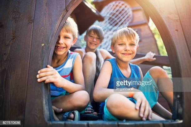 Kinder spielen im modernen Spielplatz