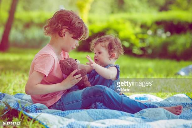 夏に公園で遊ぶ子供たち