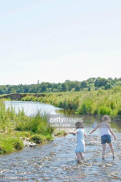 Kinder spielen in ländlichen creek