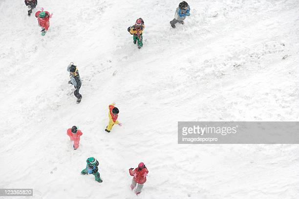 雪の中で遊ぶお子様
