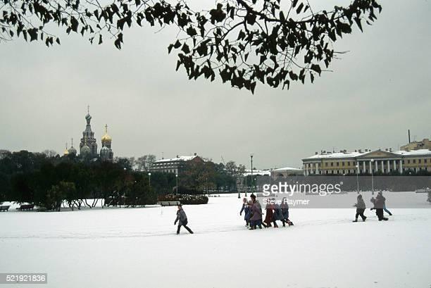 children playing in snowy park - sint petersburg rusland stockfoto's en -beelden