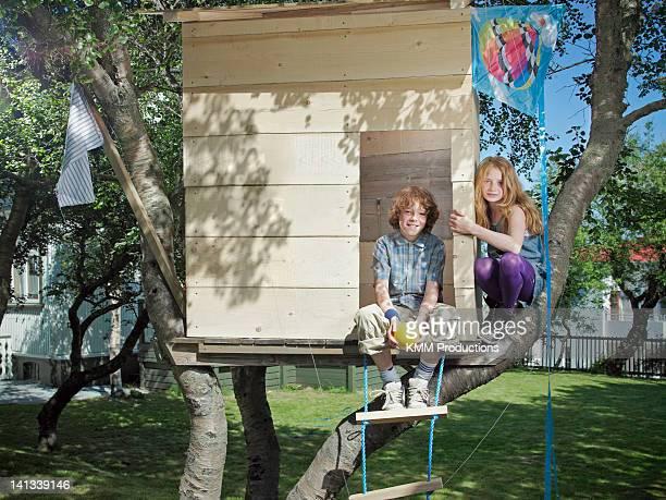 Kinder spielen in Baumhaus