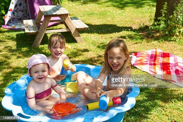 Kinder im Planschbecken