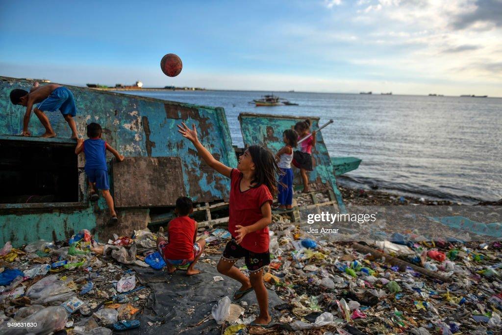 Filipinos Tackle Plastic Pollution At Manila's Bay : News Photo