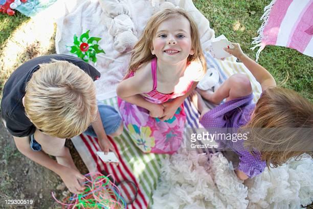 遊ぶ子供にブランケットの裏庭
