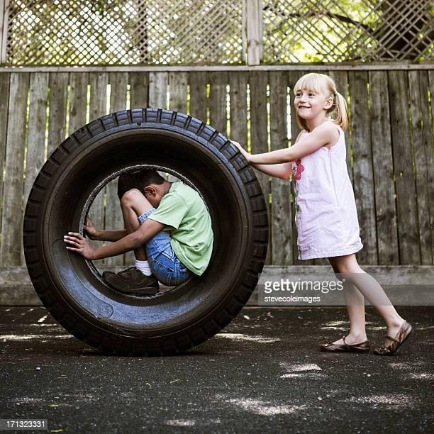 crianças brincando - movendo um veículo - fotografias e filmes do acervo