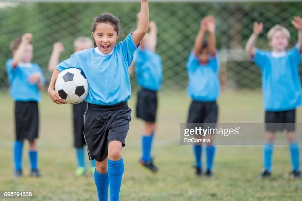 enfants jouant au football - ligue professionnelle nord américaine de football photos et images de collection