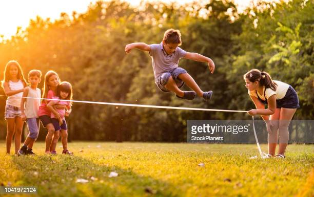kinder zusammen - skipping along stock-fotos und bilder