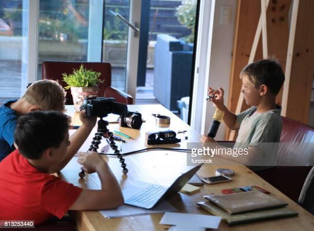 Enfants jouant à l'aide d'affichage de la technologie moderne fidget spinner