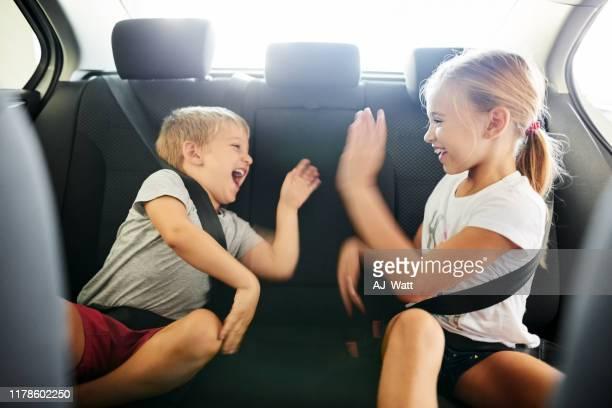 kinderen spelen tijdens het reizen - zitten stockfoto's en -beelden