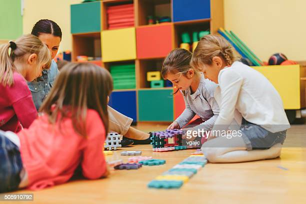 Kinder spielen mit Blöcke auf bereits im kindergarten
