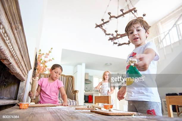Niños jugando con masa sobre mesa