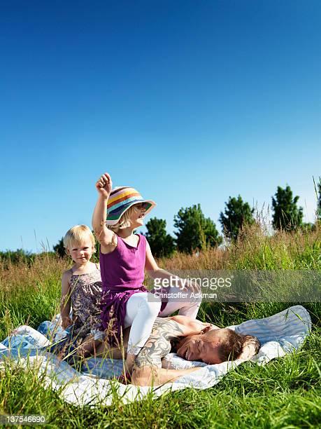 Enfants jouant avec un père en plein air