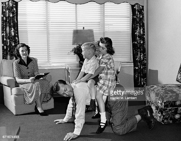 children playing with her father and mother sitting in sofa - {{relatedsearchurl(carousel.phrase)}} imagens e fotografias de stock