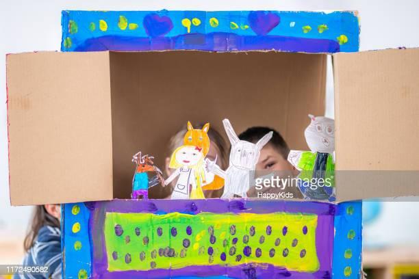 niños jugando con marionetas de papel - espectáculo de marionetas fotografías e imágenes de stock