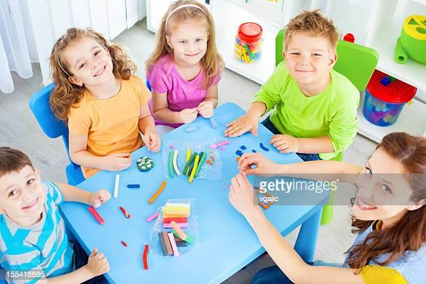 Kinder spielen mit playdo.