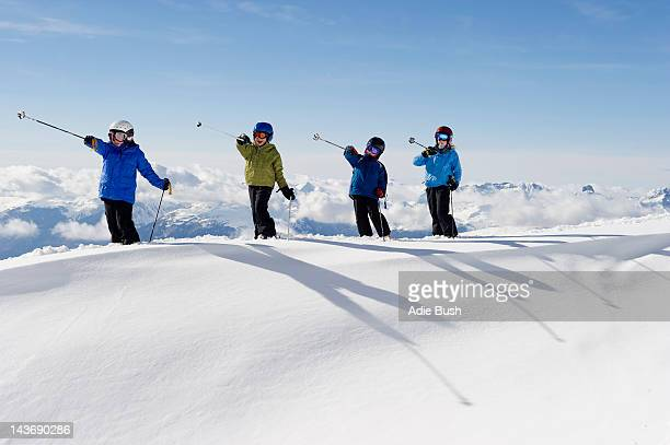 Enfants jouant avec des bâtons de ski dans la neige
