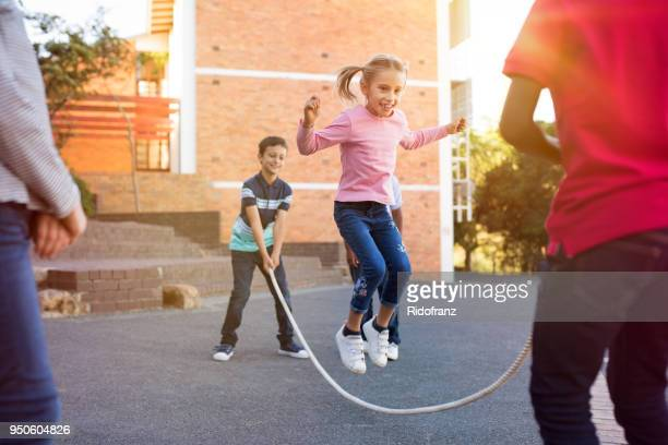 縄跳びで遊ぶ子どもたち