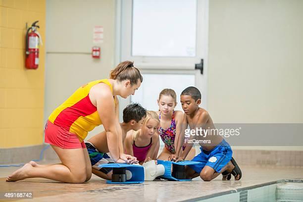 Enfants pratiquant gestes de réanimation cardio-respiratoire