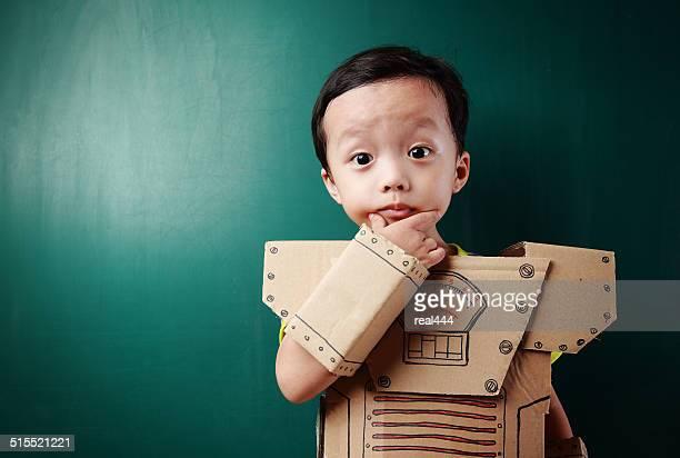 Kinder spielen mit Roboter