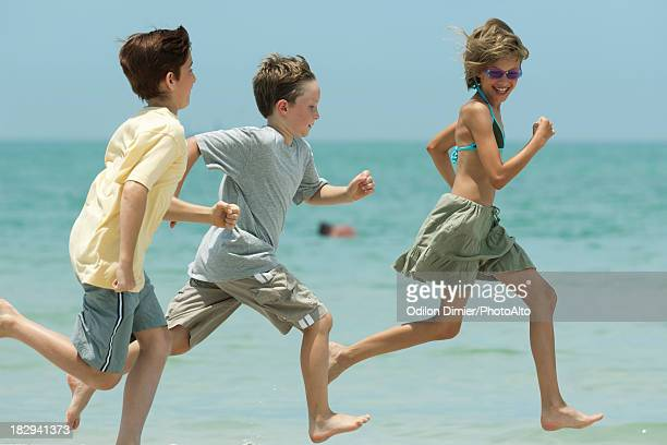 children racing on beach - girls with short skirts - fotografias e filmes do acervo