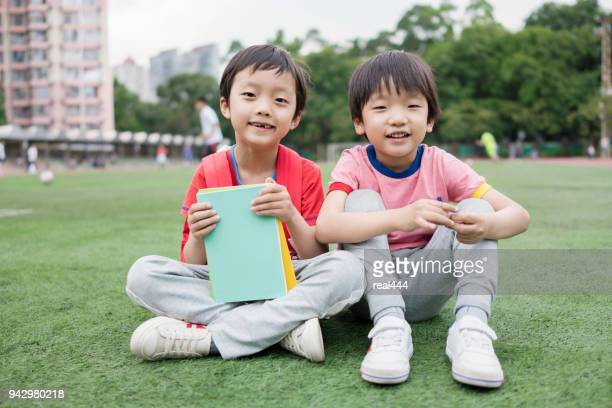 Kinderen lezen van een boek