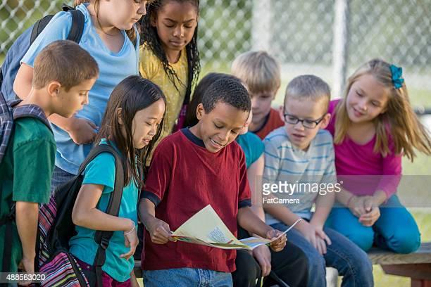 Kinder Lesen der Karte im Freien