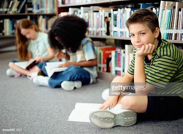Kinder Lesen in der Bibliothek
