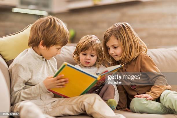 Kinder lesen Bilderbuch wie zu Hause fühlen.