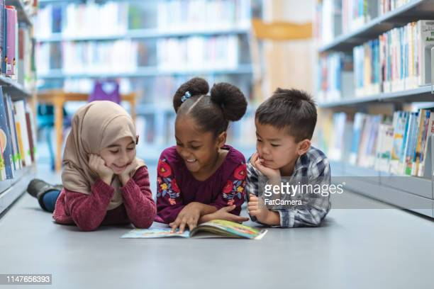 children reading - multiracial group stock pictures, royalty-free photos & images