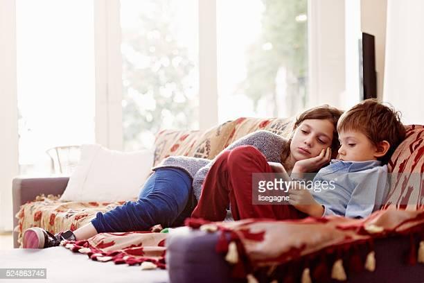 Niños relajante, jugando con tableta digital