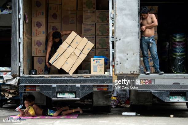TOPSHOT Children rest under a truck in Manila on August 3 2017 / AFP PHOTO / Noel CELIS