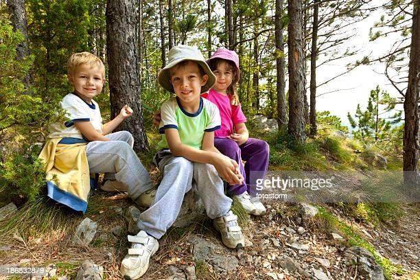 Kinder sich im Wald