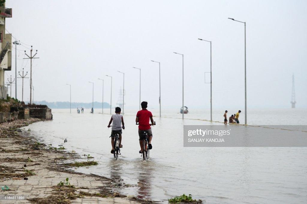 TOPSHOT-INDIA-MONSOON-FLOOD : News Photo