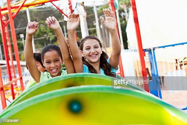 Enfants un roller coaster à cheval