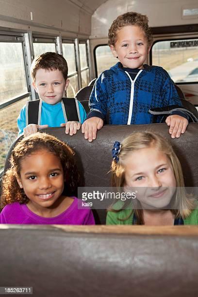 Niños montando autobús de colegio