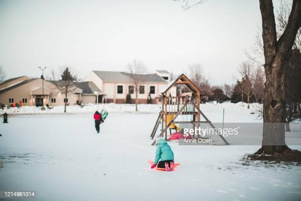 children running across a snowy backyard - seulement des enfants photos et images de collection