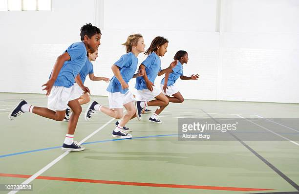 children running in gymnasium - campeonato - fotografias e filmes do acervo
