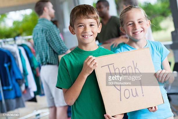Kinder bedanken Sie auf Spende center oder yard sale