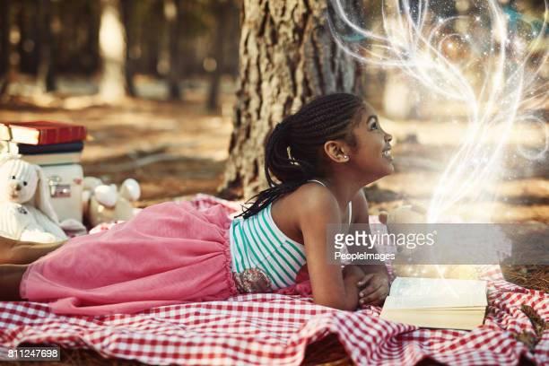 kinderen zien magie omdat ze op zoek naar het - sprookjesboom stockfoto's en -beelden