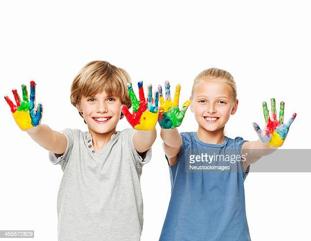 Enfants montrant ses mains peintes-isolé