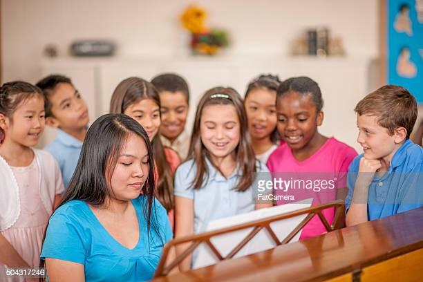 Enfants chantant dans le Piano