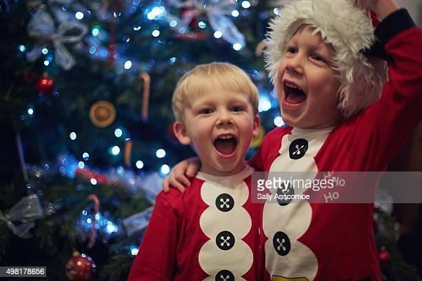 children singing by the christmas tree - singen stock-fotos und bilder