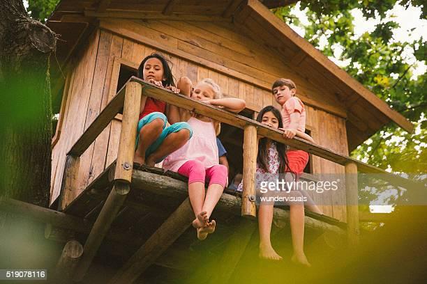 お子様の端に座って、素朴な木製の樹上の家